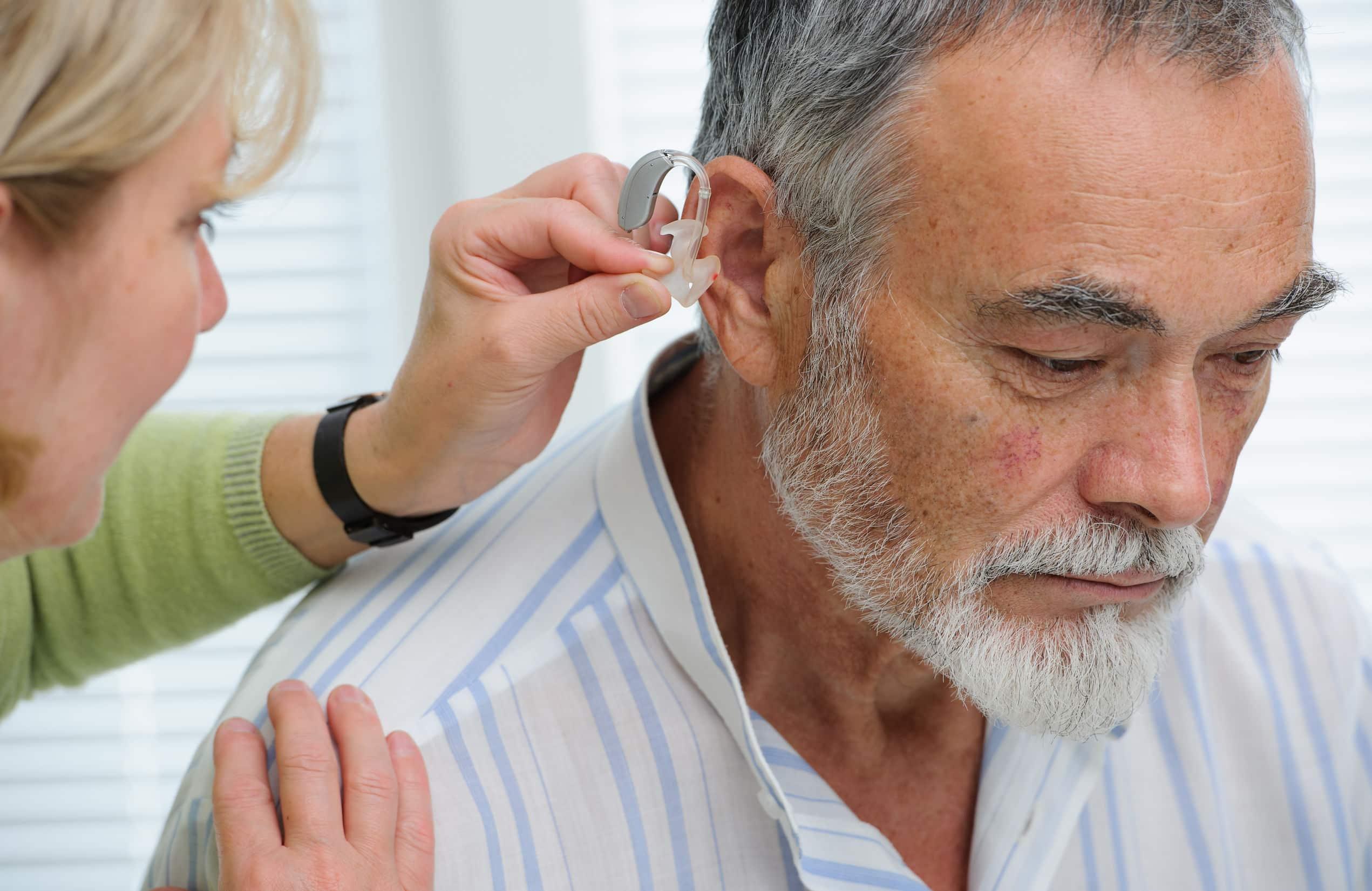 Une audioprothésiste en consultation