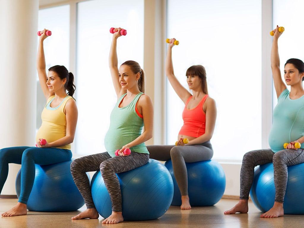 Groupe de femmes enceinte en salle de gym