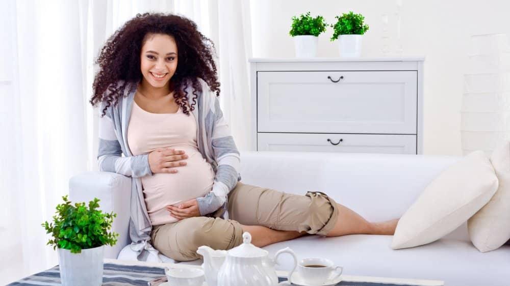 Femme enceinte détendue
