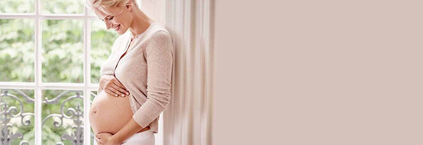 Femme enceinte très heureuse de son état